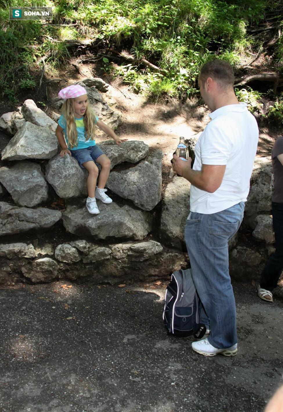 Thấy con gái mắc kẹt trên tường đá, thái độ lạ thường của ông bố khiến mọi người nể phục-1