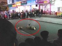 Nóng: Phát hiện 1 trẻ sơ sinh còn nguyên dây rốn rơi từ tầng cao xuống sân chung cư HH Linh Đàm