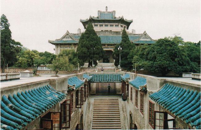 Mê mệt với vẻ đẹp tựa tranh vẽ của ngôi trường được mệnh danh là Đại học hoa anh đào ở Trung Quốc-1