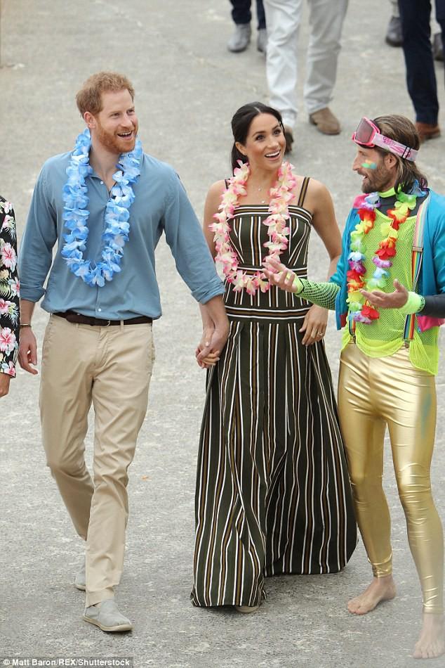 Meghan táo bạo mặc váy maxi ra biển, thậm chí phá vỡ quy tắc hoàng gia mà đến Công nương Diana còn phải kiêng dè-1