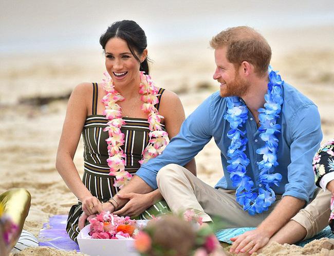 Meghan táo bạo mặc váy maxi ra biển, thậm chí phá vỡ quy tắc hoàng gia mà đến Công nương Diana còn phải kiêng dè-5