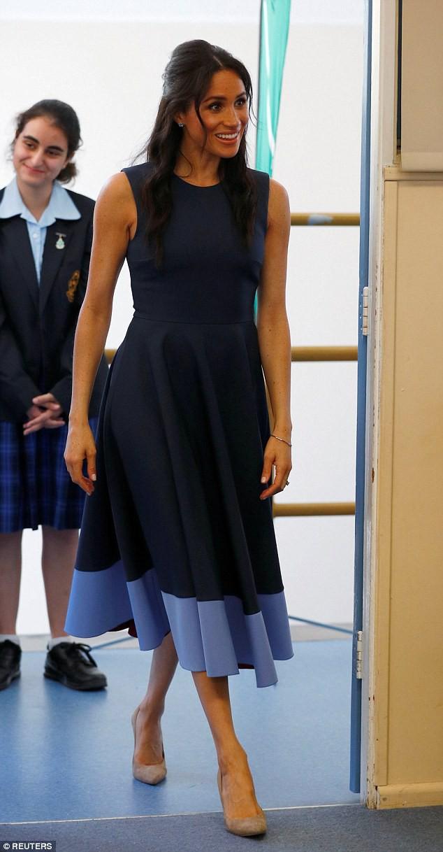 Meghan táo bạo mặc váy maxi ra biển, thậm chí phá vỡ quy tắc hoàng gia mà đến Công nương Diana còn phải kiêng dè-6