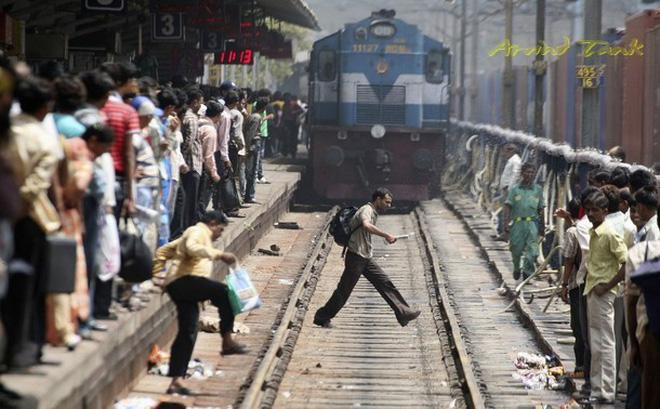 Ấn Độ: Tàu hỏa lao vào đám đông đang xem lễ hội, ít nhất 50 người tử vong-1