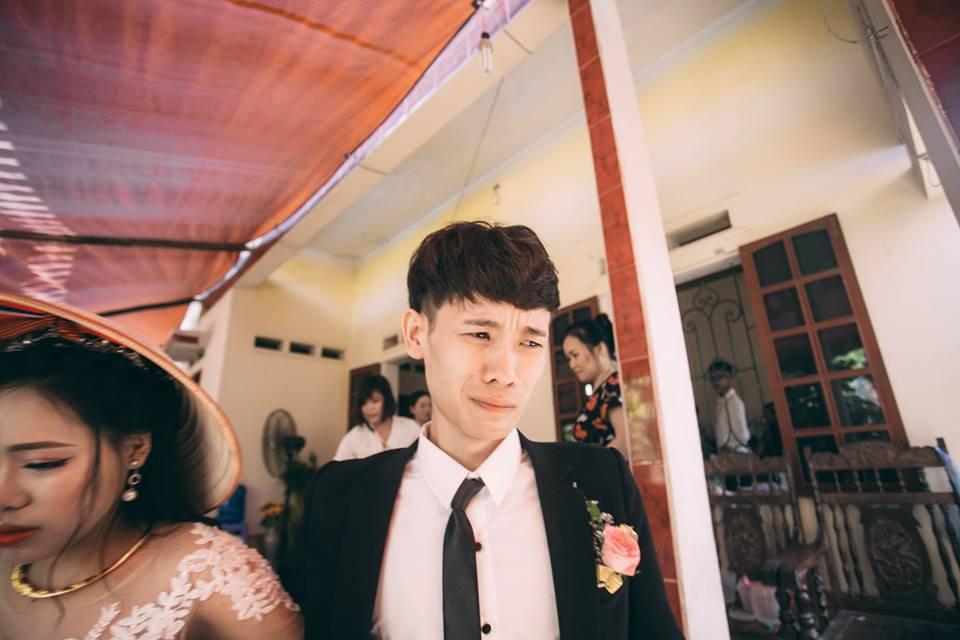 Chú rể mếu máo trong lễ rước dâu bất ngờ lộ ảnh mặt sưng húp, nghi bị vợ đánh khi vừa cưới được vài ngày?-1