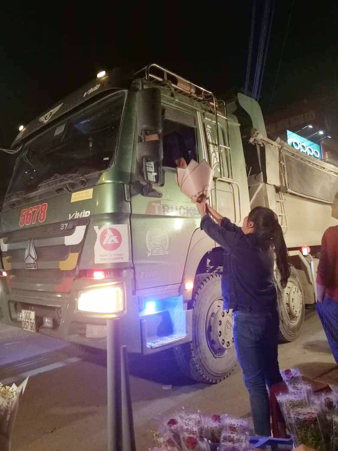 Bác tài xế lái xe hổ vồ vội dừng xe, kéo nhanh chiếc kính mua bó hoa tặng vợ nhân ngày 20/10 khiến nhiều người xúc động-2