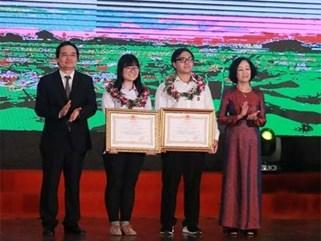 Hai học sinh được nhận Huân chương Lao động hạng Ba