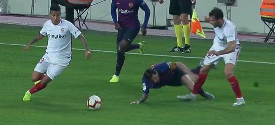 Messi gãy tay rùng rợn sau pha tiếp đất lỗi, băng bó ngay trên sân và chắc chắn vắng mặt ở trận Siêu kinh điển-1