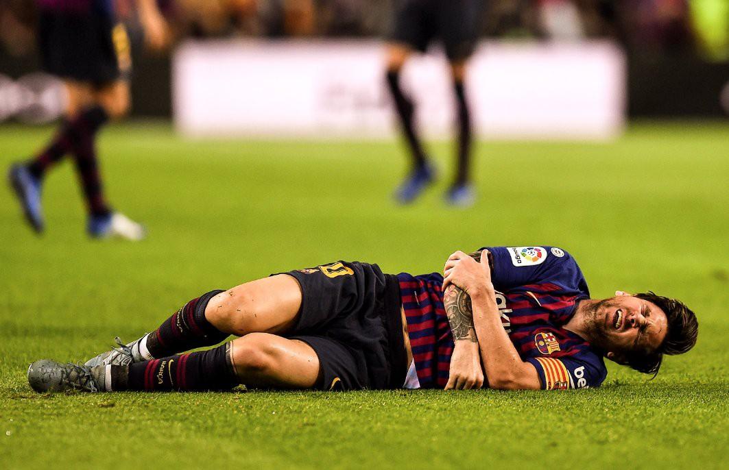 Messi gãy tay rùng rợn sau pha tiếp đất lỗi, băng bó ngay trên sân và chắc chắn vắng mặt ở trận Siêu kinh điển-2