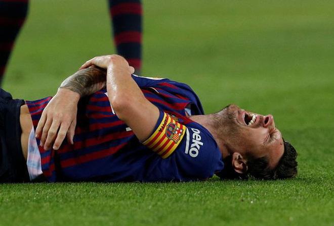 Messi gãy tay rùng rợn sau pha tiếp đất lỗi, băng bó ngay trên sân và chắc chắn vắng mặt ở trận Siêu kinh điển-3