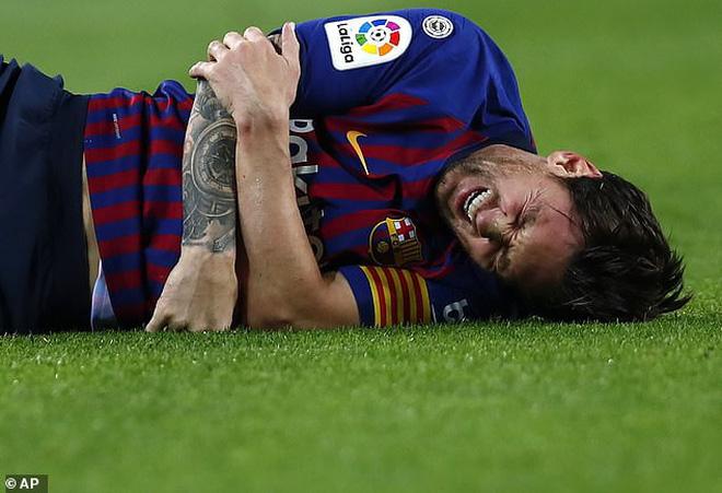 Messi gãy tay rùng rợn sau pha tiếp đất lỗi, băng bó ngay trên sân và chắc chắn vắng mặt ở trận Siêu kinh điển-4