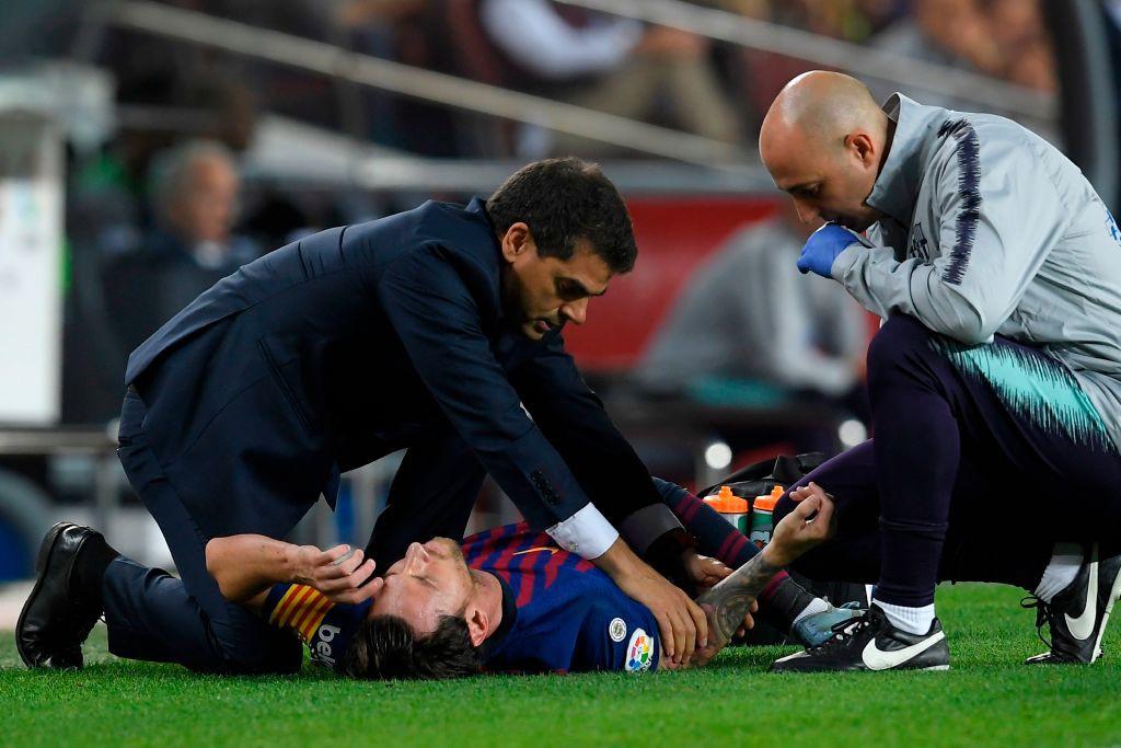 Messi gãy tay rùng rợn sau pha tiếp đất lỗi, băng bó ngay trên sân và chắc chắn vắng mặt ở trận Siêu kinh điển-5