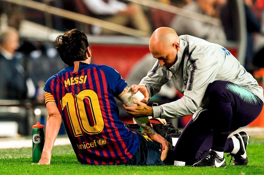 Messi gãy tay rùng rợn sau pha tiếp đất lỗi, băng bó ngay trên sân và chắc chắn vắng mặt ở trận Siêu kinh điển-6
