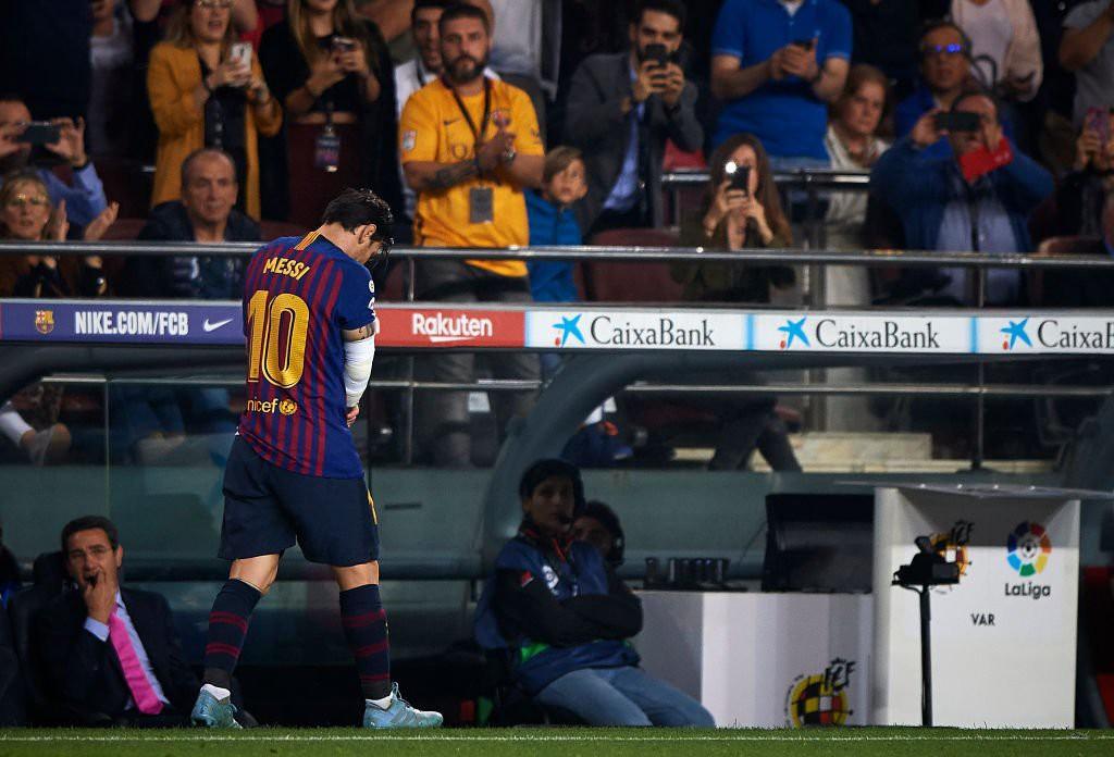 Messi gãy tay rùng rợn sau pha tiếp đất lỗi, băng bó ngay trên sân và chắc chắn vắng mặt ở trận Siêu kinh điển-9