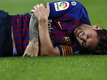 Messi gãy tay rùng rợn sau pha tiếp đất lỗi, băng bó ngay trên sân và chắc chắn vắng mặt ở trận Siêu kinh điển