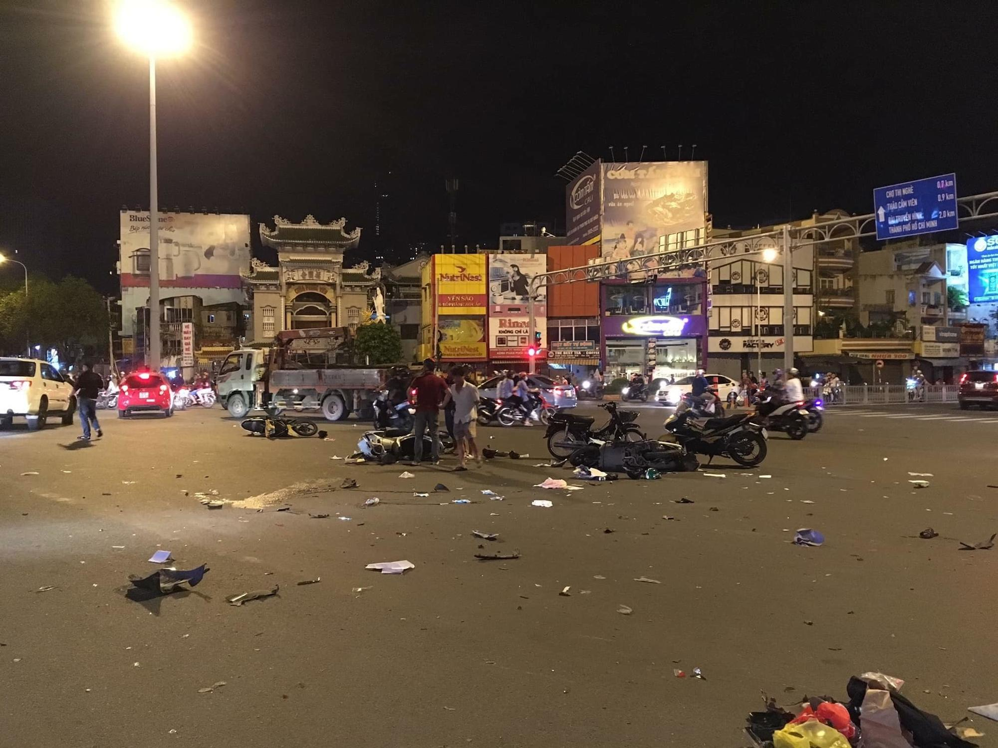 Nữ tài xế BMW tông 5 xe máy ở vòng xoay Sài Gòn, 1 người tử vong-1