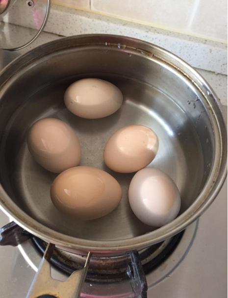 Luộc trứng theo cách này thì trăm quả như một, vỏ không bao giờ bị nứt hay vỡ mà vẫn giữ được đủ dưỡng chất-2