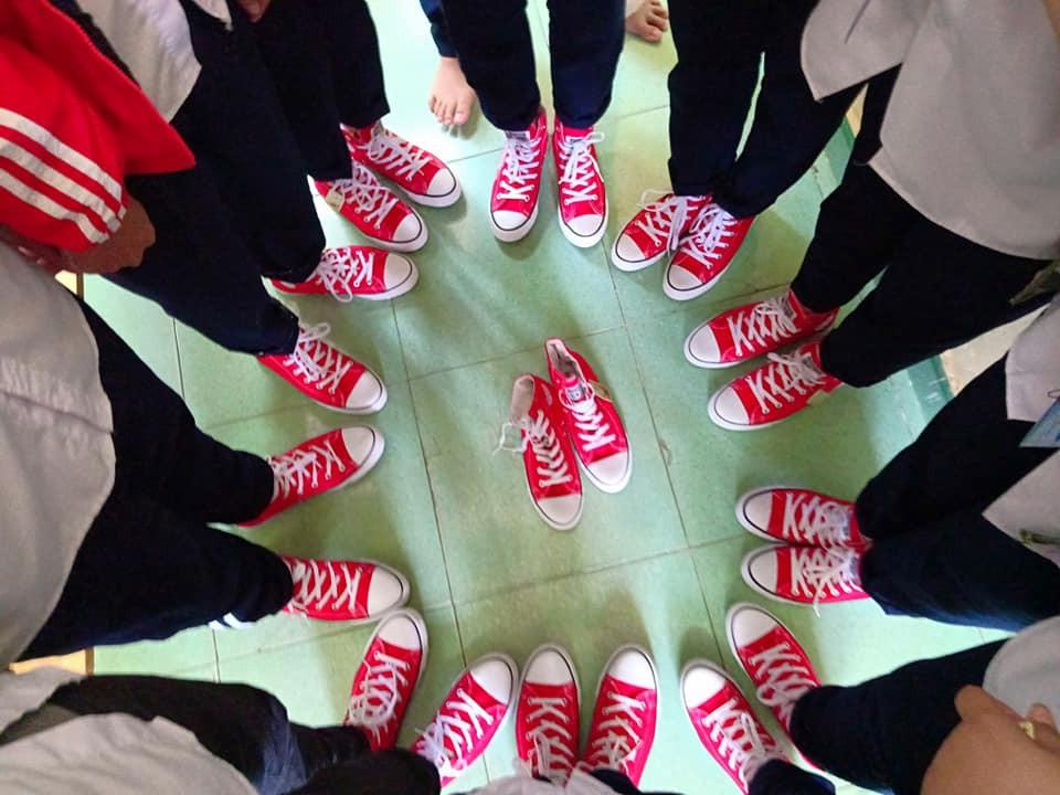 Xôn xao bức ảnh lớp học rich kids tặng 20/10 các bạn nữ mỗi người một đôi giày Converse-3