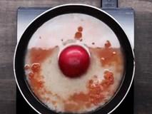 Tôi cho gạo và 1 quả cà chua vào chảo để nấu cơm, cả nhà tấm tắc khen thành phẩm xuất sắc
