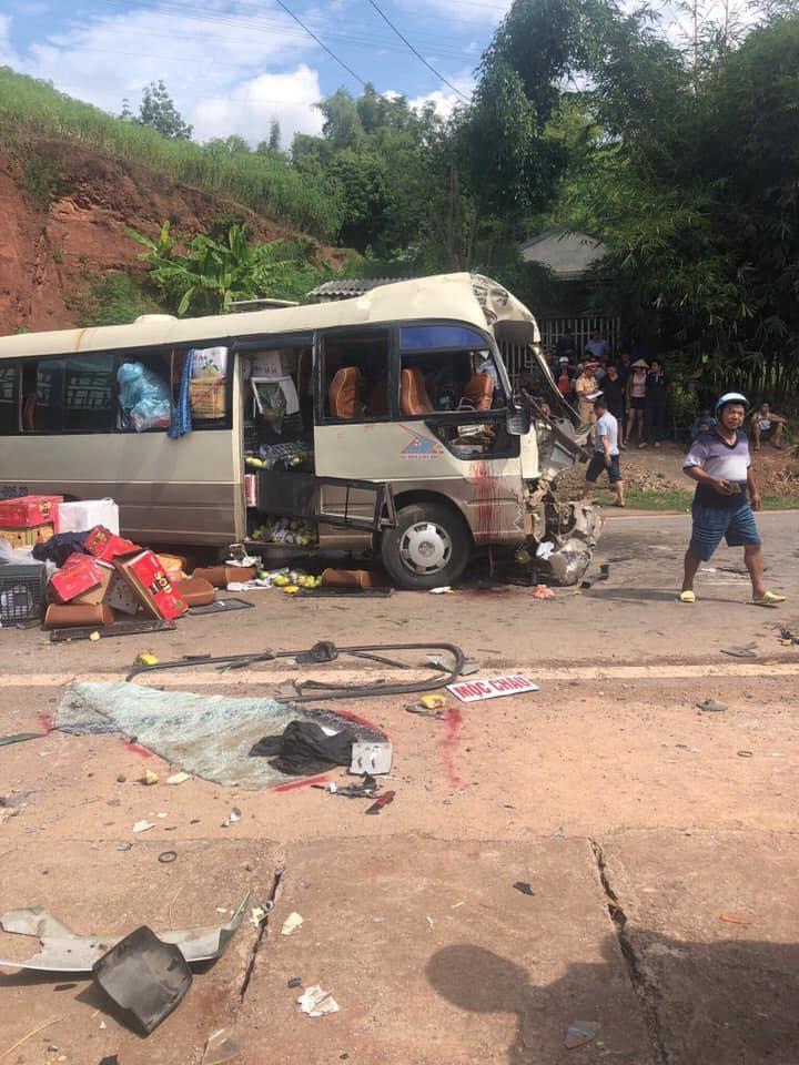 Xe đầu kéo lấn làn đối đầu xe khách, 10 người bị thương-1