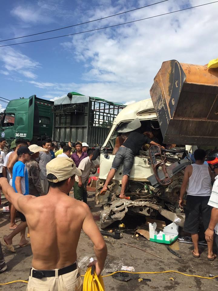 Xe đầu kéo lấn làn đối đầu xe khách, 10 người bị thương-2