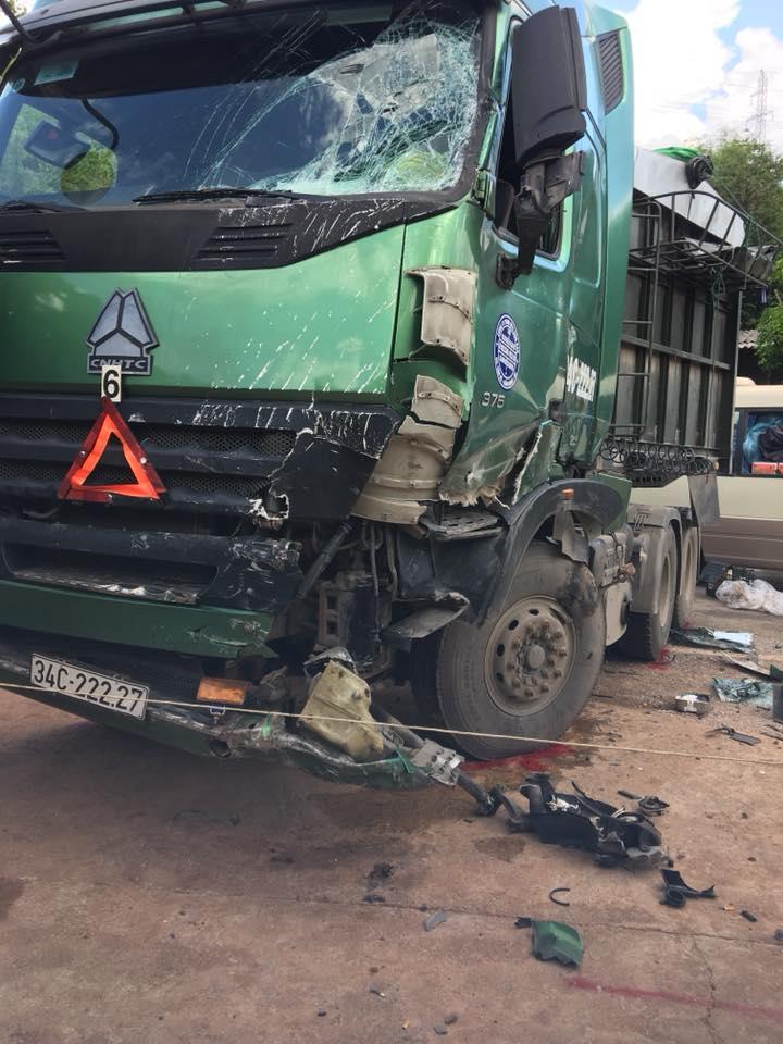 Xe đầu kéo lấn làn đối đầu xe khách, 10 người bị thương-3