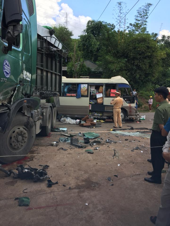 Xe đầu kéo lấn làn đối đầu xe khách, 10 người bị thương-5