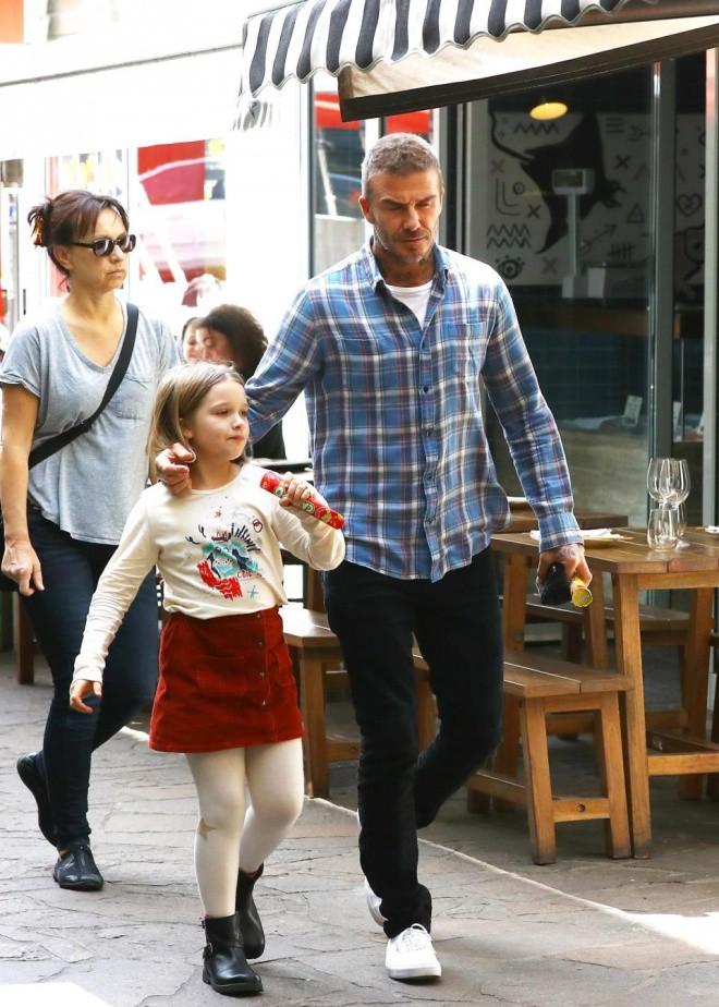 David Beckham mặt căng thẳng đưa bé Harper đi chơi sau khi nhà bị trộm đột nhập-1