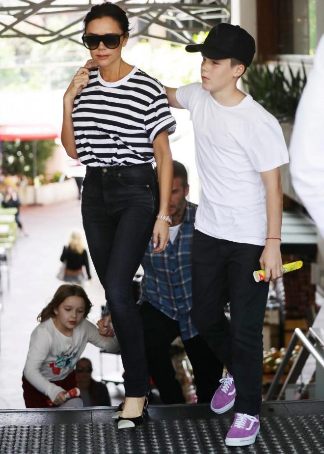 David Beckham mặt căng thẳng đưa bé Harper đi chơi sau khi nhà bị trộm đột nhập-2