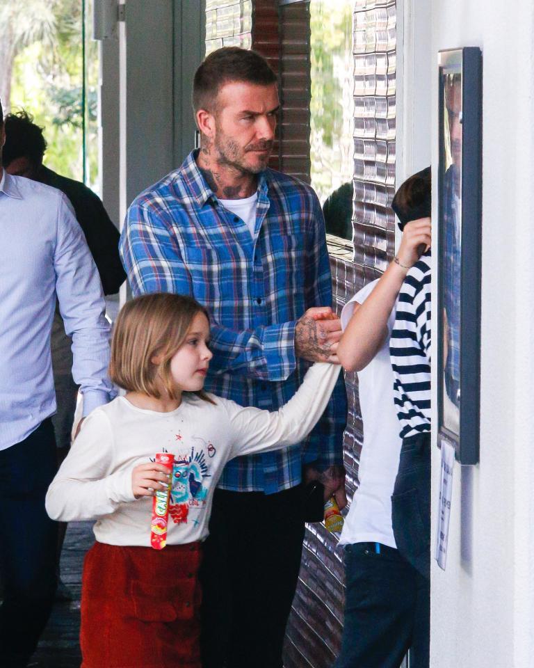 David Beckham mặt căng thẳng đưa bé Harper đi chơi sau khi nhà bị trộm đột nhập-4