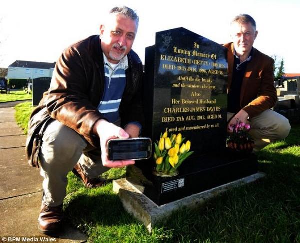 Con trai khắc mã QR lên bia mộ cha để kể về lịch sử hào hùng của ông-1
