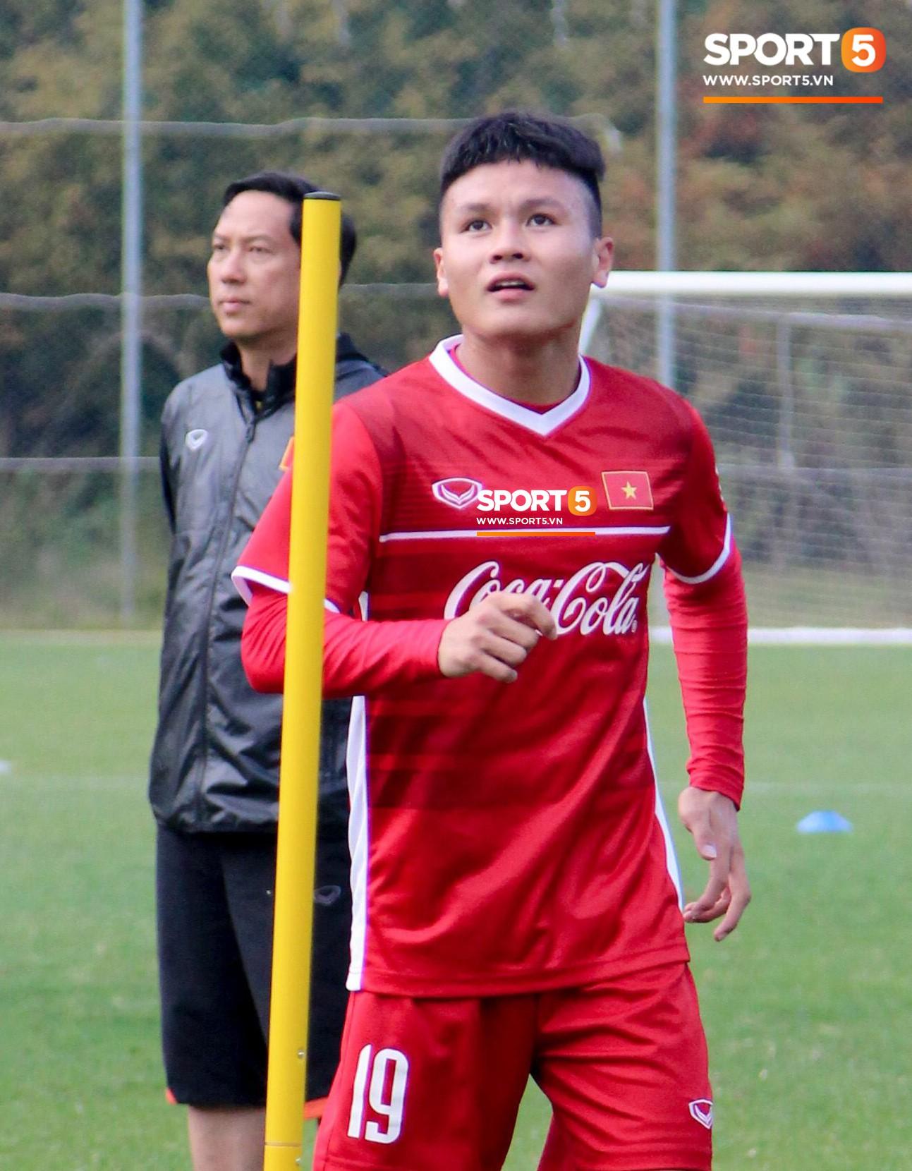Quang Hải, Công Phượng có biểu cảm khó đỡ khi tập đánh đầu-1