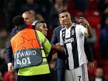 Ronaldo hành động đẹp đáp lại tình cảm của fan hâm mộ quá khích