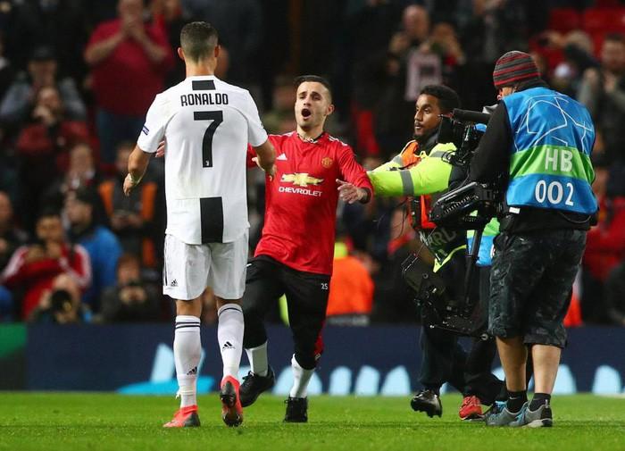Ronaldo hành động đẹp đáp lại tình cảm của fan hâm mộ quá khích-1