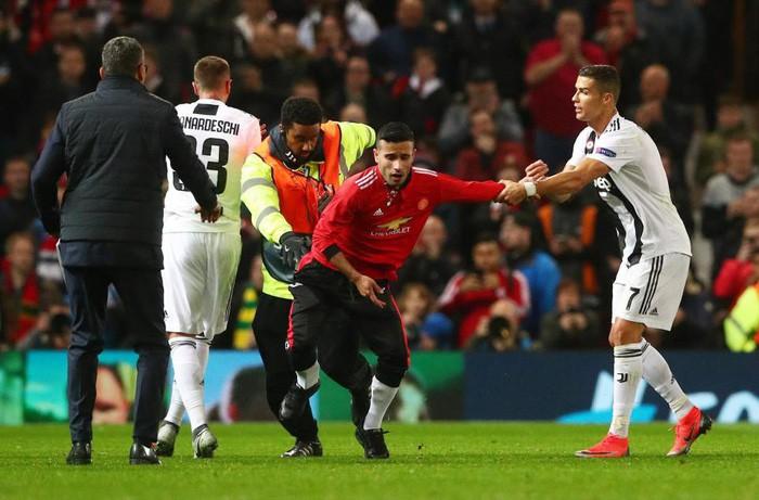 Ronaldo hành động đẹp đáp lại tình cảm của fan hâm mộ quá khích-2