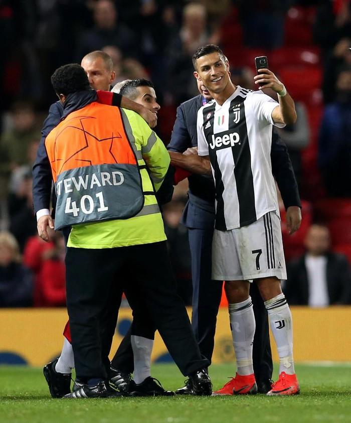 Ronaldo hành động đẹp đáp lại tình cảm của fan hâm mộ quá khích-4