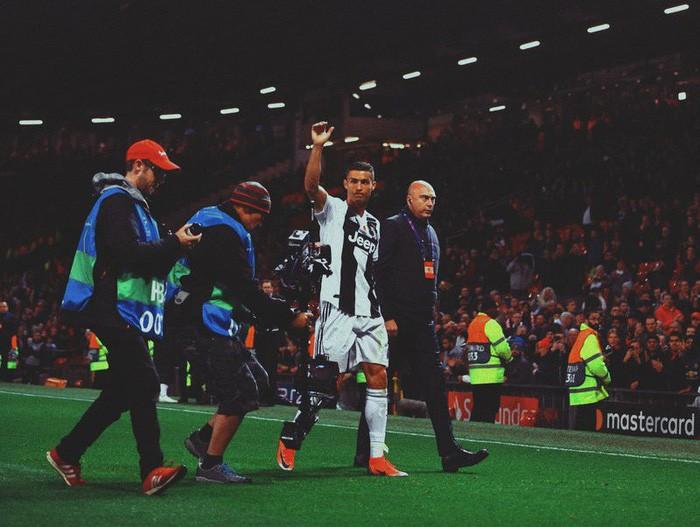 Ronaldo hành động đẹp đáp lại tình cảm của fan hâm mộ quá khích-6