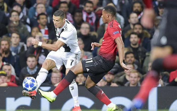 Ronaldo hành động đẹp đáp lại tình cảm của fan hâm mộ quá khích-8