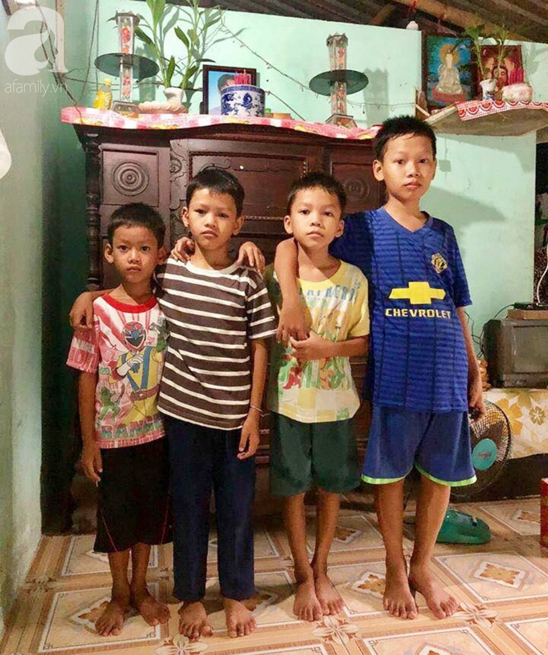 4 đứa trẻ mồ côi cha, ốm trơ xương vì đói ăn bên bà nội già yếu sau khi mẹ bỏ đi lấy chồng mới-1