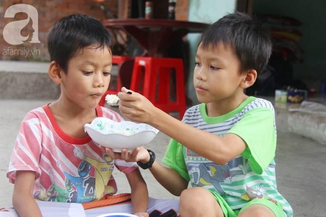 4 đứa trẻ mồ côi cha, ốm trơ xương vì đói ăn bên bà nội già yếu sau khi mẹ bỏ đi lấy chồng mới-5