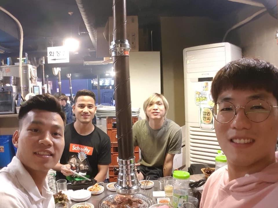 Tuấn Anh tận tay chuẩn bị đồ ăn cho Văn Thanh, Đức Lương tại Hàn Quốc-1