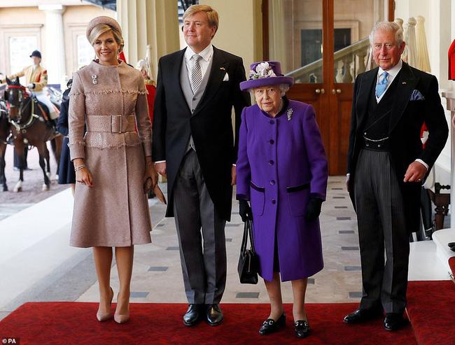 Bà Camilla lần đầu tái xuất bên chồng sau tin đồn ly hôn nhưng vẻ mặt của Thái tử Charles đã nói lên tất cả-1