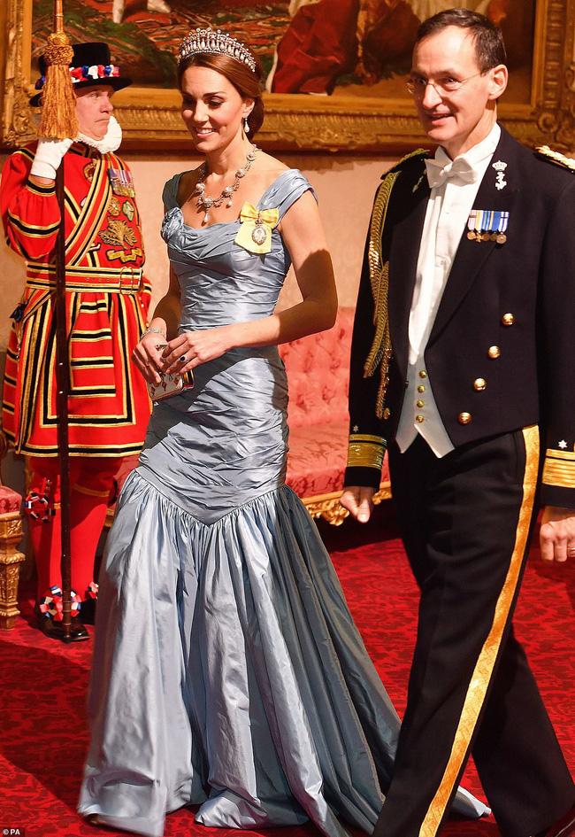 Bà Camilla lần đầu tái xuất bên chồng sau tin đồn ly hôn nhưng vẻ mặt của Thái tử Charles đã nói lên tất cả-4
