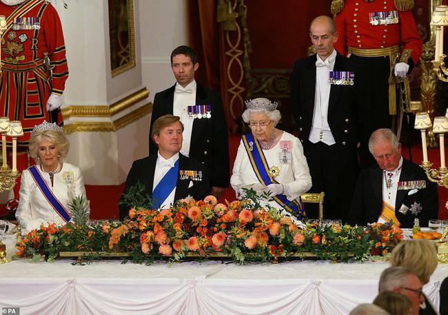 Bà Camilla lần đầu tái xuất bên chồng sau tin đồn ly hôn nhưng vẻ mặt của Thái tử Charles đã nói lên tất cả-6
