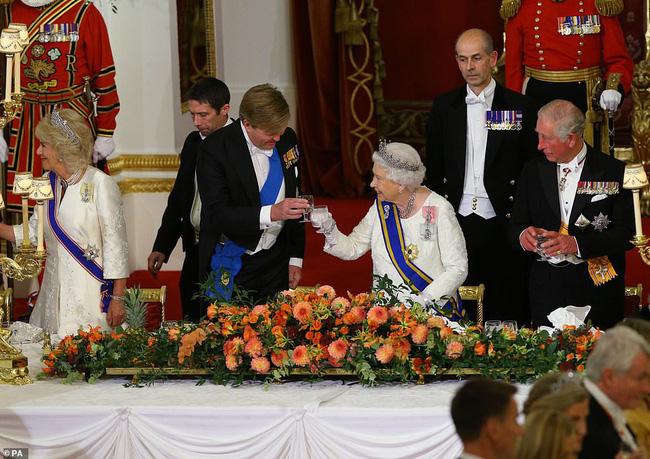 Bà Camilla lần đầu tái xuất bên chồng sau tin đồn ly hôn nhưng vẻ mặt của Thái tử Charles đã nói lên tất cả-7
