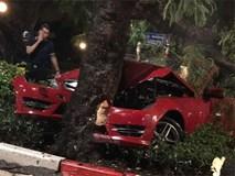 Xe Mercedes mất lái đâm gãy cây