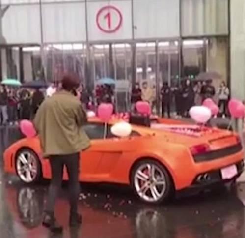 Đem Lamborghini đi cầu hôn nhưng vẫn bị từ chối, hành động của chàng trai gây sốc-1