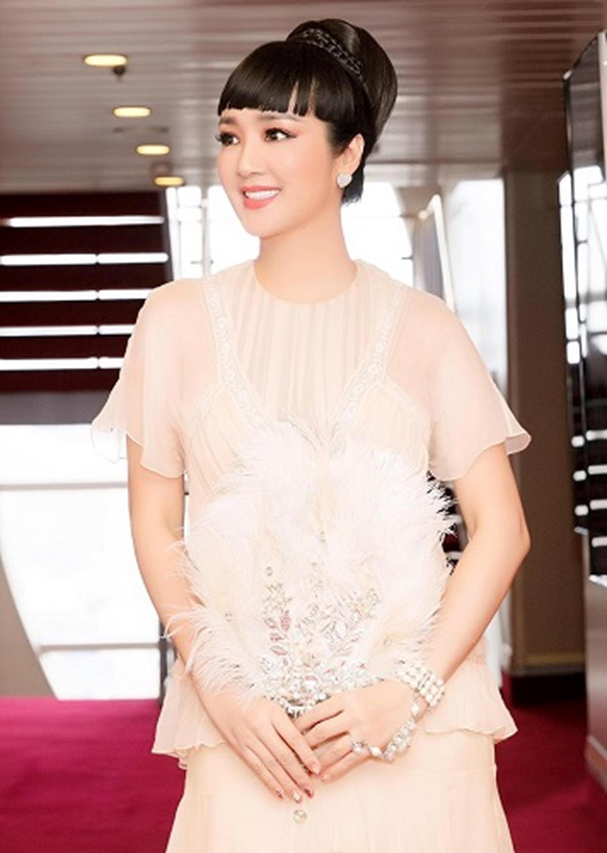 HH Giáng My đẹp tựa nữ thần đốn tim khán giả khi đi chấm thi Hoa hậu-11