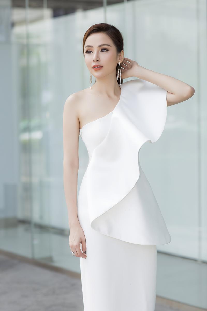 Xuất hiện lạ hoắc thế này, bạn có nhận ra đây là Hoa hậu nổi tiếng nào của showbiz Việt?-1