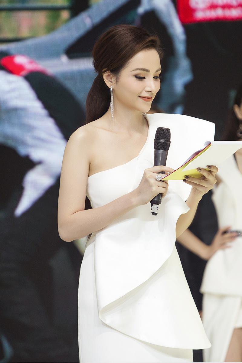 Xuất hiện lạ hoắc thế này, bạn có nhận ra đây là Hoa hậu nổi tiếng nào của showbiz Việt?-3