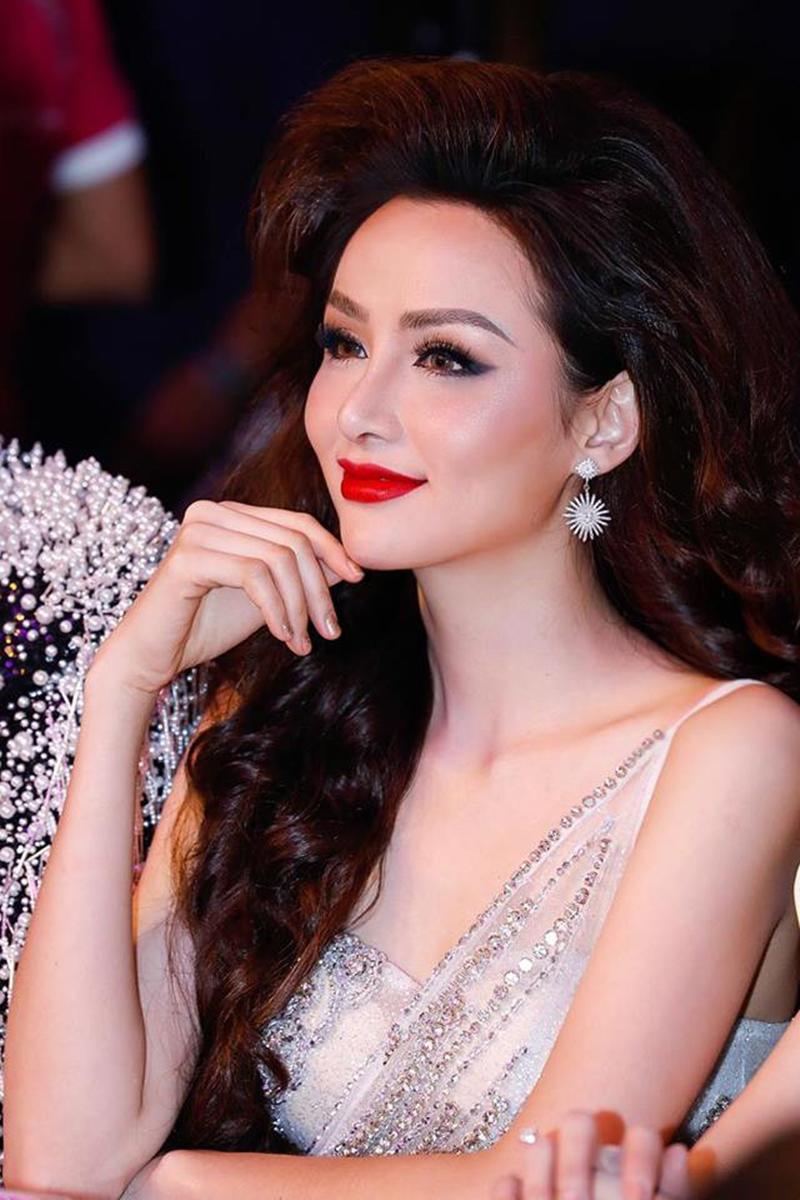 Xuất hiện lạ hoắc thế này, bạn có nhận ra đây là Hoa hậu nổi tiếng nào của showbiz Việt?-10